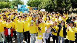 국제WeLoveU 제20회 새생명 사랑 가족걷기대회에 참석한 위러브유 회원들이 '세이브더월드(Save the World)'라는 주제에 맞춰 만든 피켓들고 활짝 웃는 모습