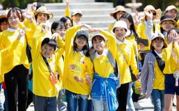 국제WeLoveU 회원들이 걷기대회 코스를 걸으며 즐겁게 손을 흔들고 있는 모습