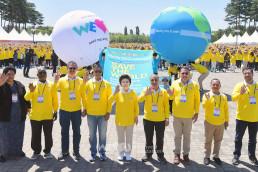 국제WeLoveU 관계자들과 각국 대사의 지지 서명이 적힌 대형 애드벌룬과 함께 기념촬영이 진행된 2부 세이브더월드 비전 선포식 풍경