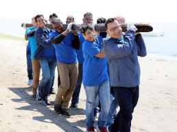 기후변화 대응을 위한 국제WeLoveU 전 세계 클린월드운동에 참여하여 단합된 모습으로 해변을 청소하는 위러브유운동본부 미국 회원들