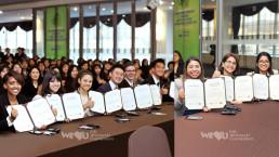 2018년 11월 22일 열린 국제위러브유운동본부의 대학생 환경리더 위촉식에서 위촉장과 장학증서를 전달받은 해외 대학생 환경리더들