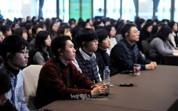 경기도 성남 가천대학교에 소재한 가천컨벤션센터에서 2018년 11월 22일 열린 국제위러브유 대학생 환경리더 위촉식 당일 사례발표에 집중하는 국내외 대학생 회원들