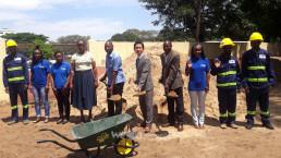 10월부터 진행된 필로투 초등학교 도서관 건축 자원봉사를 하고 있는 국제위러브유운동본부 모잠비크 지부 회원들의 모습