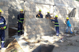10월부터 진행된 국제위러브유운동본부 모잠비크 지부 회원들의 자원봉사로 필로투 초등학교 도서관이 건축되고 있는 모습