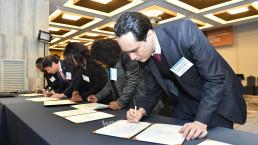 2019년 2월 18일, 그랜드 인터컨티넨탈 서울 파르나스 호텔에서 열린 2019 국제위러브유 간담회에서 UN SDGs 이행을 위한 위러브유 액션플랜에 지지서명을 하는 대사 등 외교사절