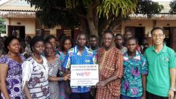 국제위러브유운동본부 베냉 코토누지부 회원 20여 명이 쟁비에 팡지 초등학교에 9월부터 11월까지 전기설치 및 학용품, 응급의약품을 지원.
