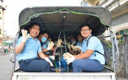 미얀마 양곤 지부 회원들이 지구를 보호하는 국제위러브유의 전 세계 클린월드운동을 진행하기 위해 오전 7시에 모여 차를 타고 출발하는 모습