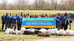 2019년 3월 17일, 국제위러브유운동본부 미국 동부지역 회원들이 샬럿의 맥알파인 크리크 공원에서 전 세계 환경정화운동인 클린월드 캠페인에 동참하는 모습