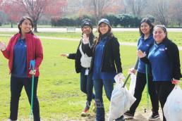 3월 17일 깨끗한 환경을 만드는 전 세계 클린월드운동에 동참하기 위해 맥알파인 크리크 공원에 모여 플라스틱병, 갖가지 폐기물 등을 주워 쓰레기 봉투 30개를 채운 재단법인 국제위러브유 미국 지부 회원들.