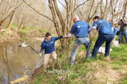3월 17일 맥알파인 크리크 공원에서 지역 사회를 정화하는 클린월드운동에 참가한 국제위러브유운동본부 미국 샬럿 회원들의 협동하는 모습