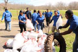 작은 쓰레기부터 큰 쓰레기까지 수거하며 이웃을 위하는 사랑의 마음으로 클린월드운동에 동참한 국제위러브유운동본부 미국 동부지역 회원 30명이 3월 17일 맥알파인 크리크 공원에서 채운 쓰레기 봉투 30개.