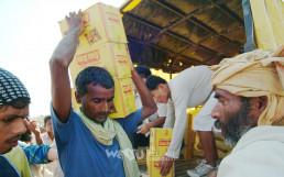 네팔 반타바리 수해지역 마을 입구에서 국제위러브유운동본부가 보급한 쌀과 라면, 생수와 의약품 등의 구호품을 받아 가는 수재민들