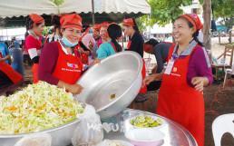라오스 댐 붕괴 수재민들을 위해 열린 무료급식캠에서 웃는 얼굴로 식사를 준비하는 국제위러브유운동본부 라오스 지부 회원들