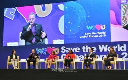 '지속 가능한 생명 구호를 위한 네트워크 형성'이라는 주제로 기조연설자 및 세션 발표자들이 패널토론을 통해 의견을 나누는 모습