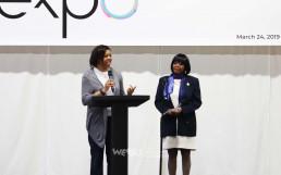 국제WeLoveU 가족 건강 복지 박람회 개최에 협력한 시의원이 행사장에서 감사말을 전하고 있다.