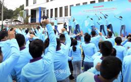 국제WeLoveU 제22회 페루 새생명 사랑 가족걷기대회가 본격적으로 시작되기 전, 참여자들이 율동에 맞춰 함께 준비체조를 하는 모습