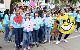 국제WeLoveU 제22회 페루 새생명 사랑 가족걷기대회 행사를 위해 다양한 응원피켓과 이벤트를 준비한 위러브유 페루 리마지부 회원들의 모습