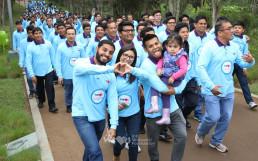 가족 단위의 참여자들이 즐겁고 행복한 표정으로 국제WeLoveU 제22회 새생명 사랑 가족걷기대회에 참여하는 모습
