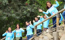 산티아고데수르코 지역의 로마 아마리야 생태공원을 걸으며 즐겁게 걷기대회에 참가하는 참여자들
