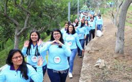 국제WeLoveU 제22회 새생명 사랑 가족걷기대회에 참가한 참여자들이 밝은 미소를 짓고 있다.