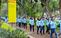 산티아고데수르코 지역의 로마 아마리야 생태공원을 걸으며 즐겁게 걷기대회에 참여하는 참여자들
