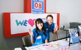 솔트레이크시티 헌혈세터에서 제159차 전 세계 헌혈하나둘운동에 참여하는 참가자들을 맞이하는 국제WeLoveU 미국 유타 지부 회원들