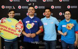 헌혈을 마친 국제WeLoveU 미국 유타 지부 회원들이 미국적십자사 포토존에서 헌혈문구가 적힌 피켓을 들고 활짝 웃는 모습