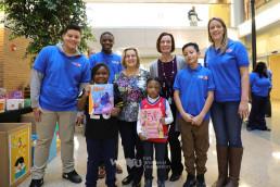 크리스티아나 병원 소아과 진료소에서 도서 기증을 위해 봉사하는 국제WeLoveU 회원들의 모습과 기쁨과 설렘으로 책을 받은 아이의 모습