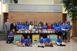 국제WeLoveU 미국 동부지역 회원들이 3주간 기부행사로 모은 1600여 권의 책을 델라웨어주 윌밍턴시에 위치한 크리스티아나 병원의 아이들을 위해 전달했다.