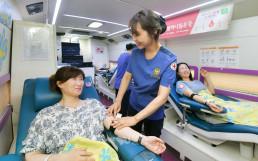 국제WeLoveU-대한적십자사 MOU 체결식과 더불어 진행된 제192차 전 세계헌혈하나둘운동. 미소 띤 표정으로 위러브유 경기성남지부 회원들과 시민들이 헌혈에 동참하고 있다.