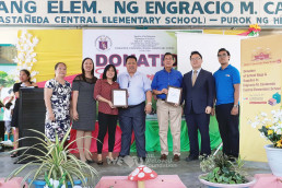 The Intl. WeLoveU Foundation, established by Chairwoman Zahng Gil-jah, donated school stationery sets, school bags, and umbrellas for the students in economic difficulties at Engracio M. Castaneda Central Elementary School in Tarlac, Philippines, on October 24.