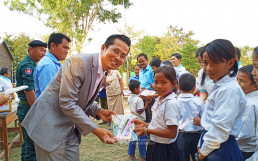 On January 13, the Intl. WeLoveU Foundation, established by Chairwoman Zahng Gil-jah, held the repair work completion and book donation ceremony at Trorpeangveng primary School in Cambodia.