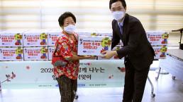 En celebración del Chuseok 2020, la Presidenta Honoraria Zahng Gil-jah de la Fundación Internacional WeLoveU llevó a cabo el proyecto de donación de comestibles a familias víctimas de tifones e inundaciones en cooperación con centros de servicio comunitario, en Hwigyeong 2-dong, Dongdaemun-gu, Seúl, Corea.