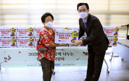 Chairwoman Zahng Gil-jah of the Intl. WeLoveU Foundation carried out the project of donating grocery sets to typhoon and flood victim families in cooperation with community service centers in Hwigyeong 2-dong, Dongdaemun-gu, Seoul, Korea.