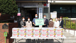"""Chairwoman Zahng Gil-jah of the Intl. WeLoveU Foundation carried out the project, """"2020 Happy Chuseok with Neighbors,"""" whereby she donated groceries to typhoon and flood victims and underprivileged families through the welfare center in Bugok-dong, Sangnok-gu, Ansan-si, Gyeonggi-do, on September 28."""