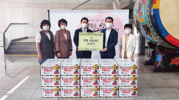 """Chairwoman Zahng Gil-jah of the Intl. WeLoveU Foundation carried out the project, """"2020 Happy Chuseok with Neighbors,"""" whereby she donated groceries to typhoon and flood victims and underprivileged families through Anyang City Hall in Gyeonggi-do, on September 28."""