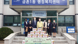 """Chairwoman Zahng Gil-jah of the Intl. WeLoveU Foundation carried out the project, """"2020 Happy Chuseok with Neighbors,"""" whereby she donated groceries to typhoon and flood victims and underprivileged families through the welfare center in Geumchon 1-dong, Paju-si, Gyeonggi-do, on September 25."""