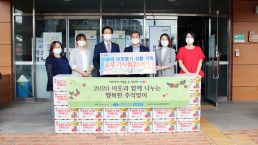 """Chairwoman Zahng Gil-jah of the Intl. WeLoveU Foundation carried out the project, """"2020 Happy Chuseok with Neighbors,"""" whereby she donated groceries to typhoon and flood victims and underprivileged families through the welfare center in Jangyu 1-dong, Gimhae-si, Gyeongsangnam-do, on September 25."""