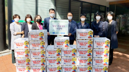 """Chairwoman Zahng Gil-jah of the Intl. WeLoveU Foundation carried out the project, """"2020 Happy Chuseok with Neighbors,"""" whereby she donated groceries to 25 typhoon and flood victim and underprivileged households through the welfare center in Dongcheon-dong, Buk-gu, Daegu Metropolitan City, on September 28."""