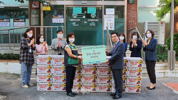 """Chairwoman Zahng Gil-jah of the Intl. WeLoveU Foundation carried out the project, """"2020 Happy Chuseok with Neighbors,"""" whereby she donated groceries to 30 typhoon and flood victim and underprivileged households through community service center in Nakseongdae-dong, Gwanak-gu, Seoul Special City, on September 28."""