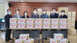 """Chairwoman Zahng Gil-jah of the Intl. WeLoveU Foundation carried out the project, """"2020 Happy Chuseok with Neighbors,"""" whereby she donated groceries to 20 typhoon and flood victim and underprivileged households through the community service center in Sinnae 1-dong, Jungnang-gu, Seoul Special City, on September 28."""