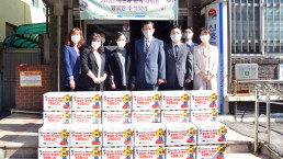 """Chairwoman Zahng Gil-jah of the Intl. WeLoveU Foundation carried out the project of """"National Holiday Sharing Love Activities"""" whereby she donated groceries to 30 typhoon and flood victim and underprivileged households through the welfare center in Sinheung-dong, Jung-gu, Incheon Metropolitan City, in celebration of 2020 Chuseok."""